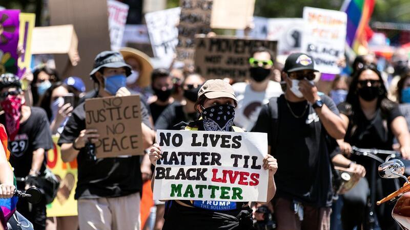 Recolher Obrigatorio No Wisconsin Depois De Policia Disparar Sobre Homem Negro Plataforma Media